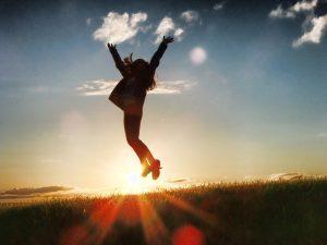 空高く飛ぶ女性